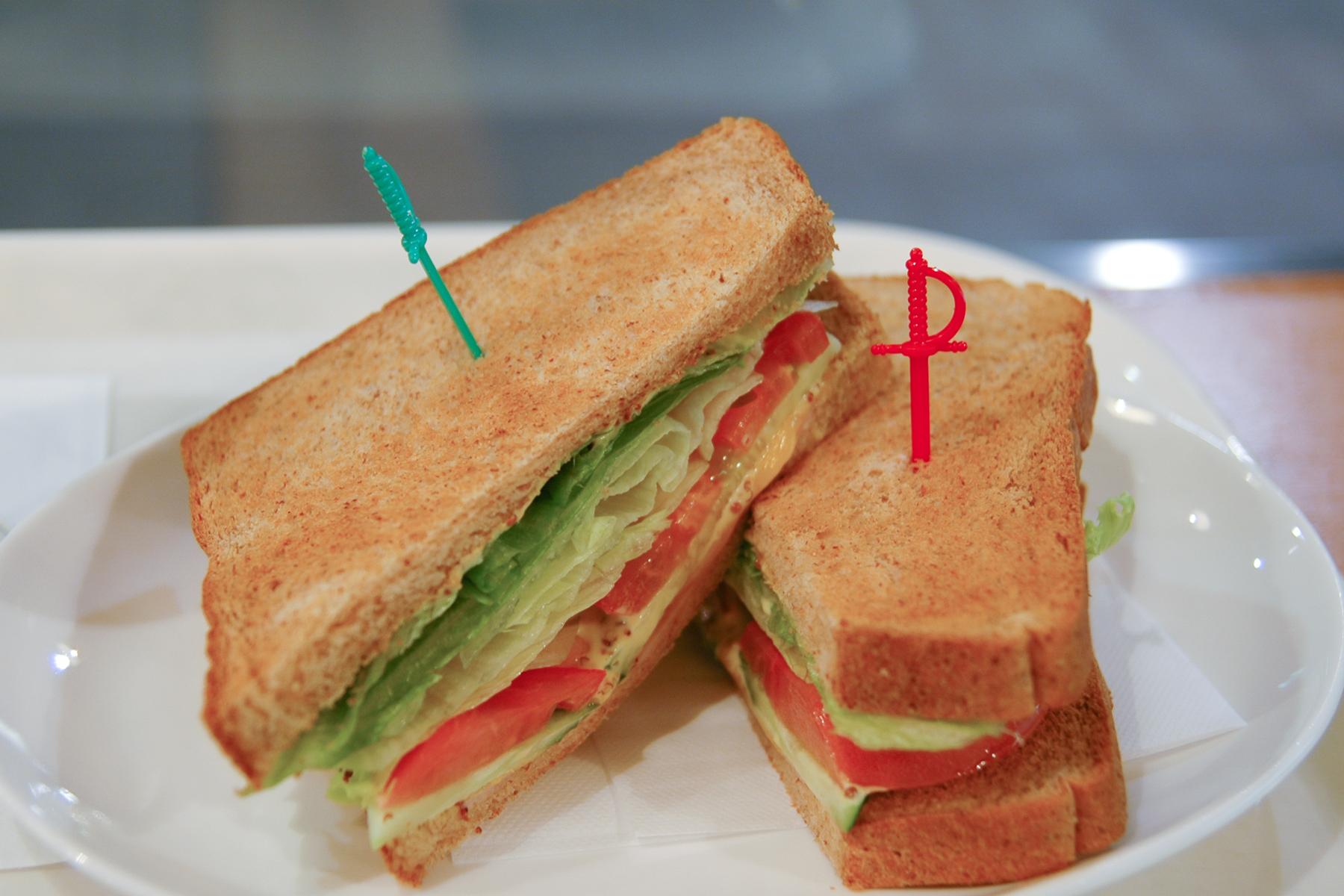サンドイッチ(たぶん錦糸町のカフェ) NIKON D70 + TAMRON 17-50mm 【蛍光灯+通路内照明】