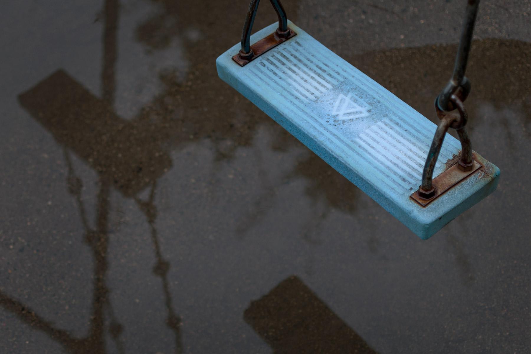 雨上がりの公園 水たまりにポッカリ浮かぶブランコ