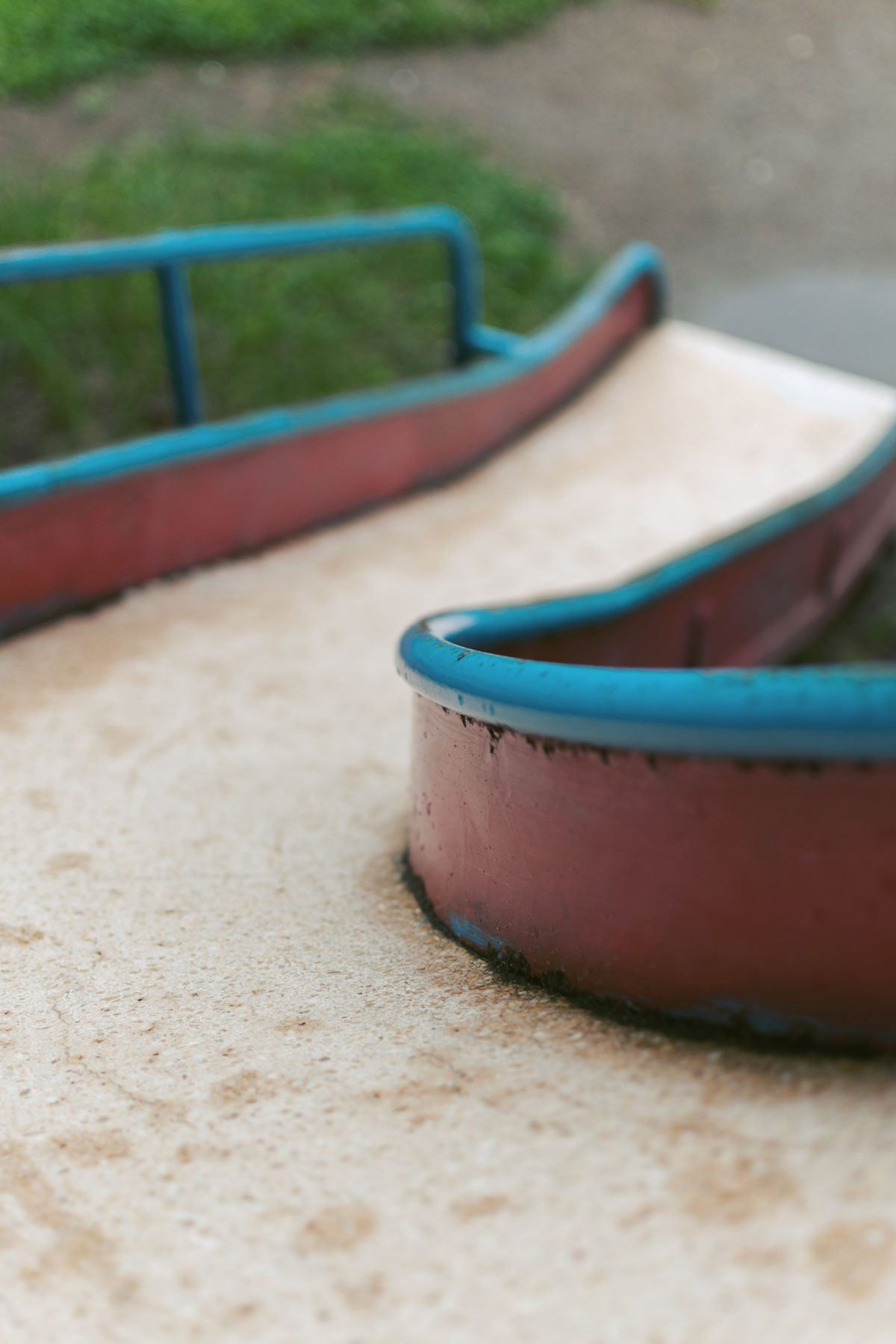 雨上がりの公園 滑り台を上から見下ろす