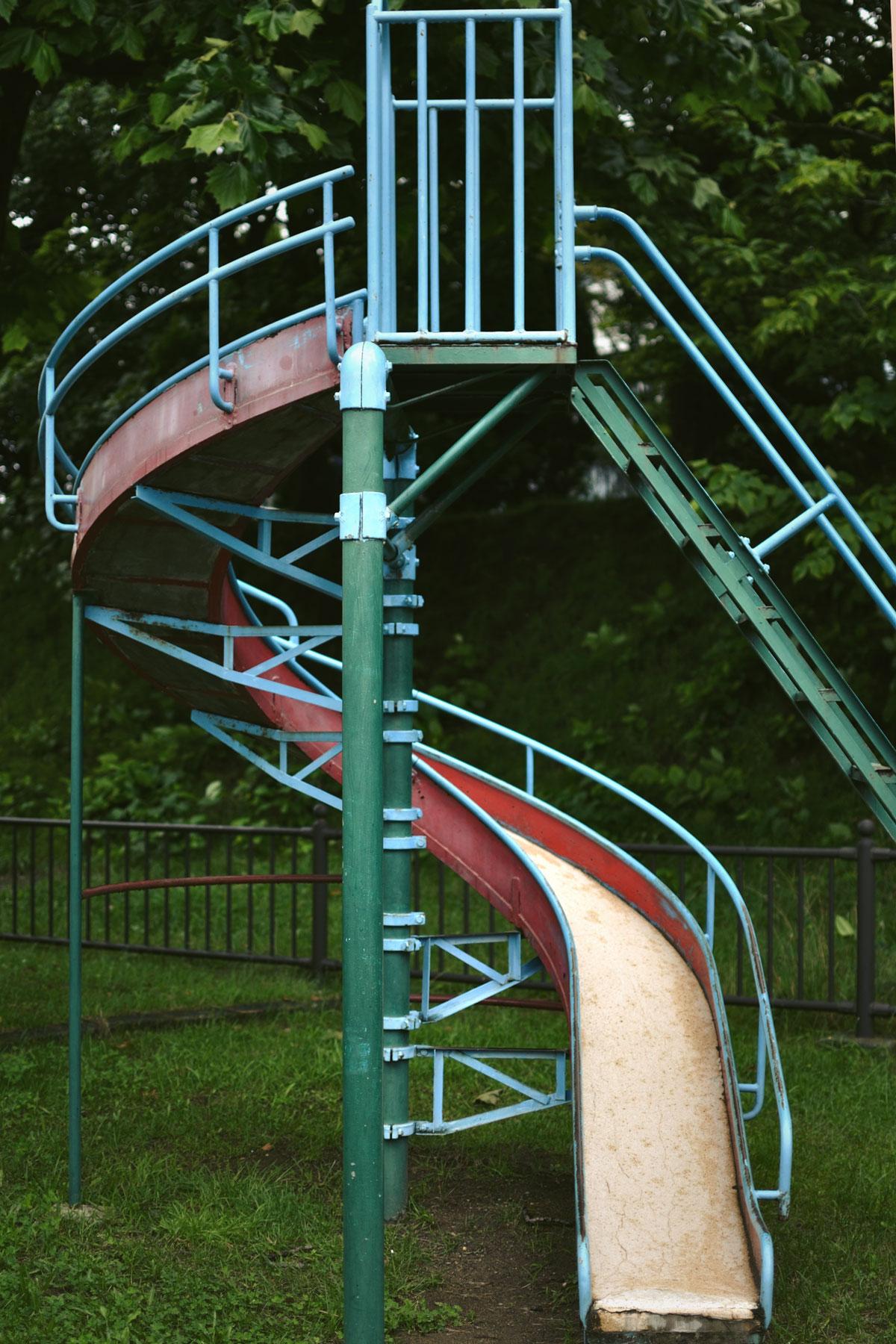 雨上がりの公園 遊ぶ人もいない滑り台 撮影:NIKON D90 + NIKKOR 35mm