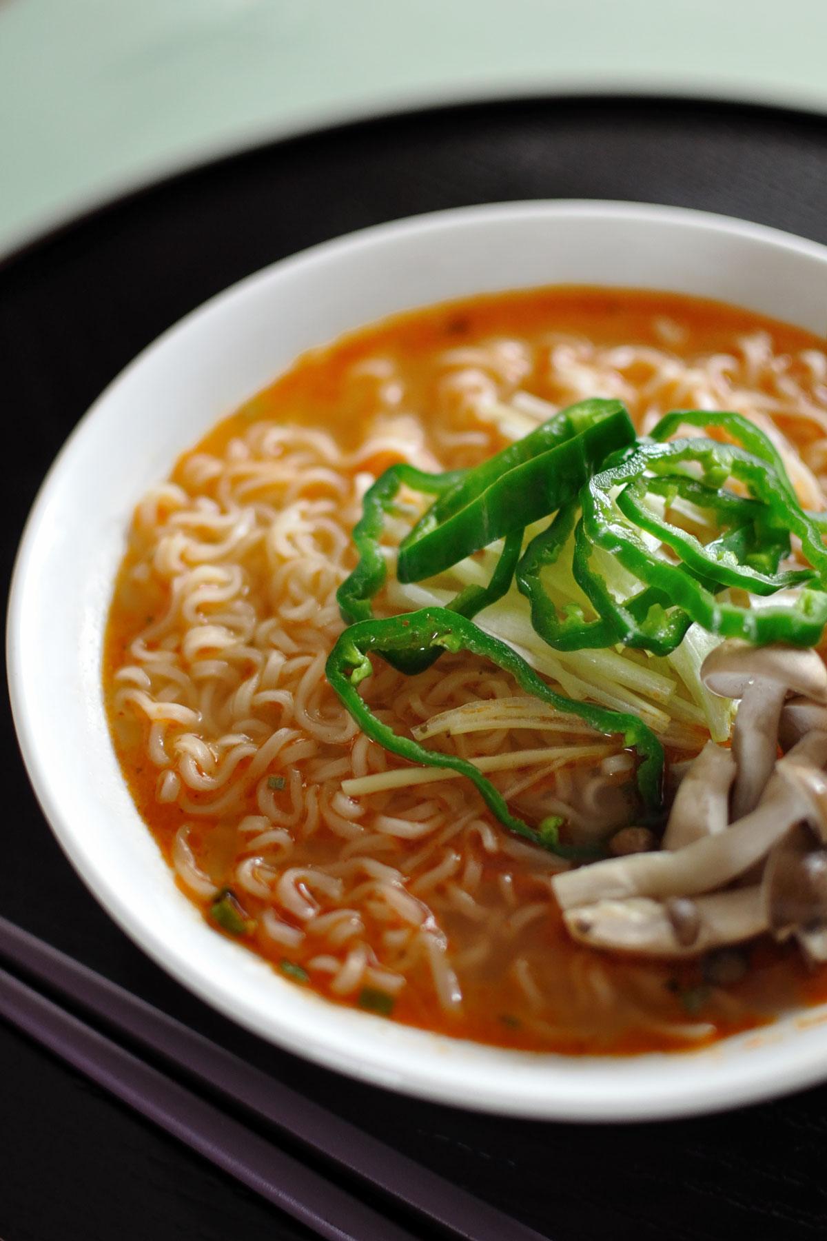 キャン・ドゥで買ったトムヤム麺 長ネギの細切り、シメジ、ピーマンをトッピングして丼に盛り付け
