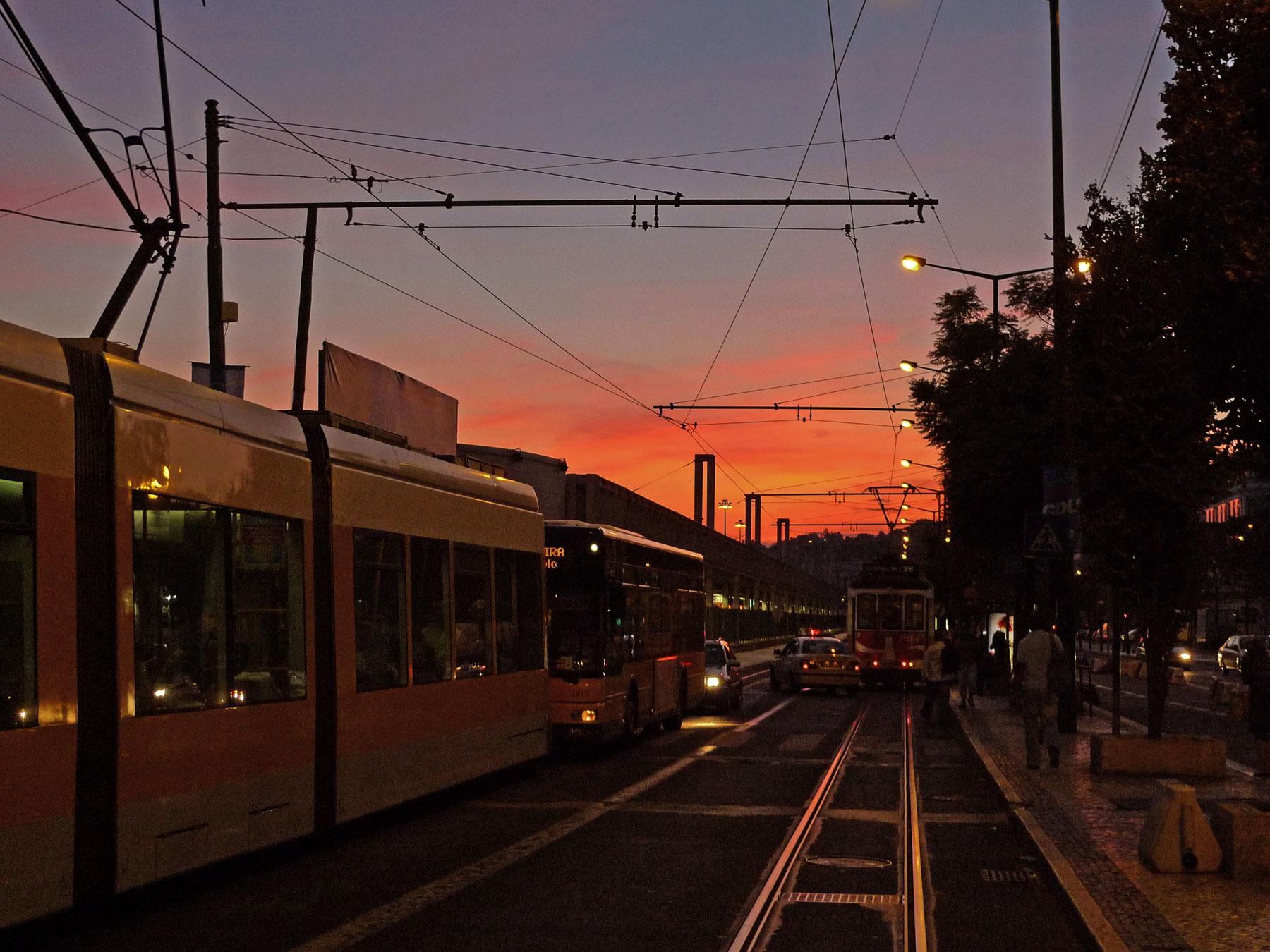 夕焼けに染まるカイス・ド・ソドレ駅前 リスボン市電の電停と線路 撮影:DMC-LX3