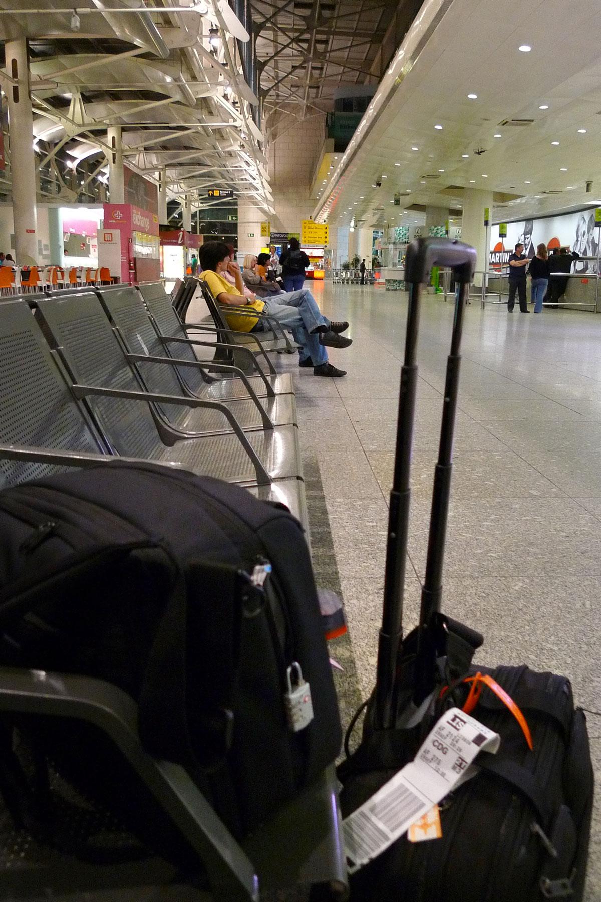 リスボン空港到着ロビー ソフトキャリーとベンチに置いたカメラバッグ