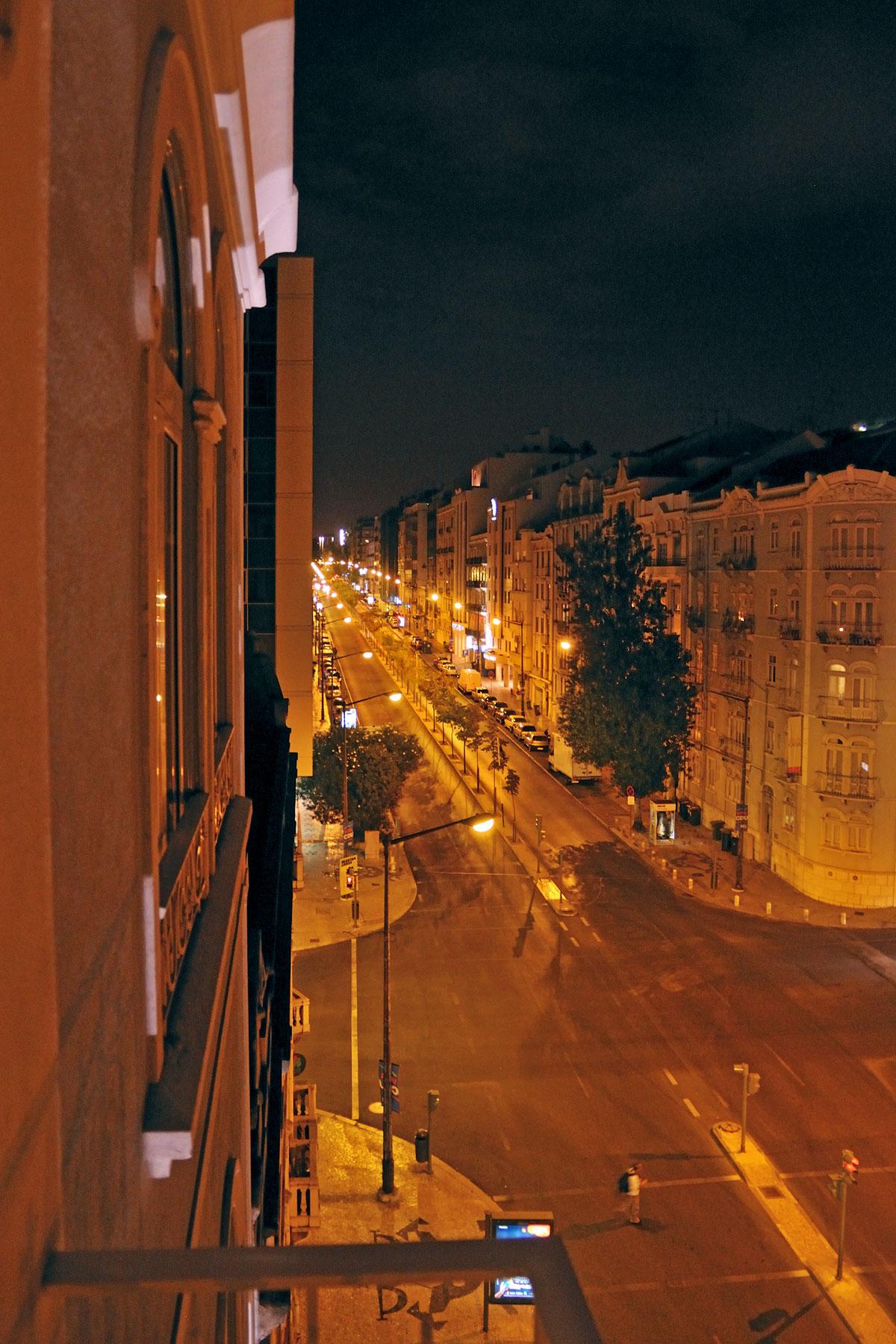 リスボンのホテルセテコリナーシュのバルコニーから見たオレンジ色に染まった夜の街並 撮影:NIKON D300 + TOKINA 16-50mm
