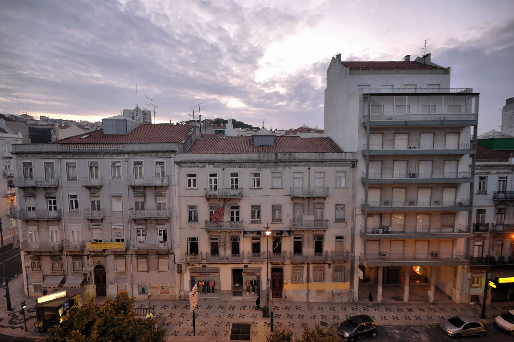 リスボン「ホテルセテコリナーシュ」の客室から、アルミランテレイシュ通を挟んだ向かい側の建物 撮影:NIKON D90, SIGMA 10-20mm