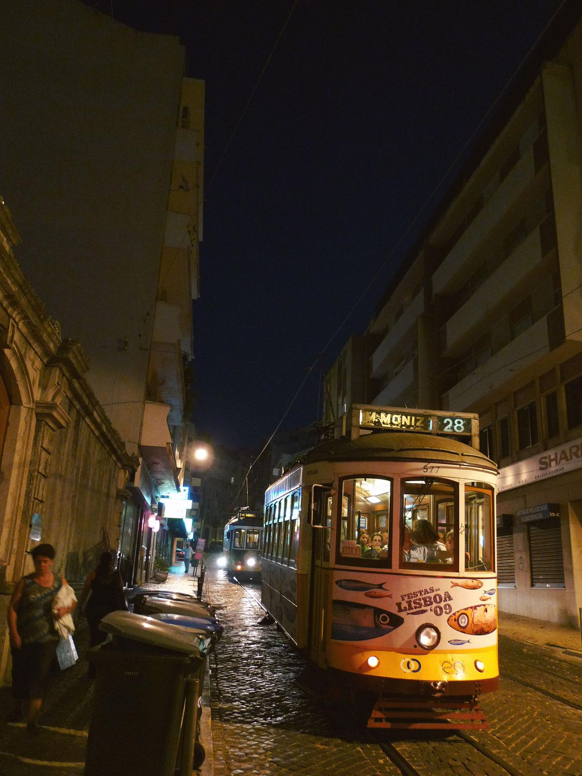 すっかり日が落ちたリスボンの裏通りを走る28番線の路面電車 撮影:DMC-LX3