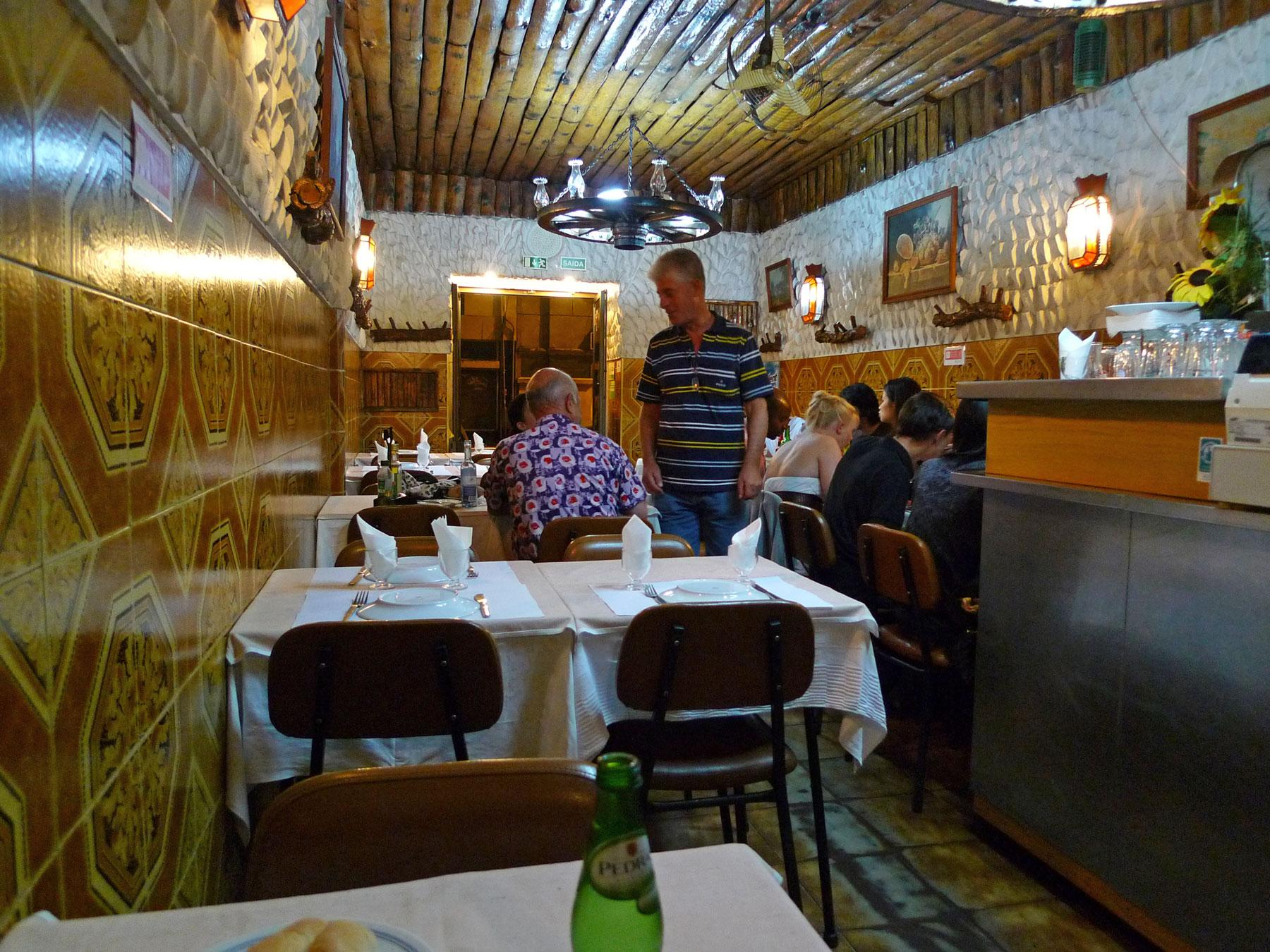 リスボン「ホテルセテコリナース」から徒歩数分のレストランの店内 撮影:DMC-LX3,