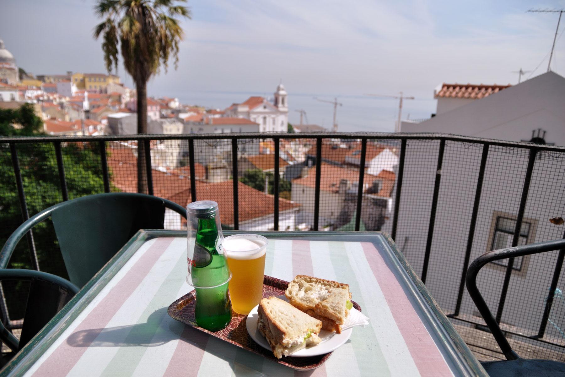 リスボン、アルファマの丘のテラスでビールとビッファーナのランチ 撮影:NIKON D90 + TOKINA 16-50mm