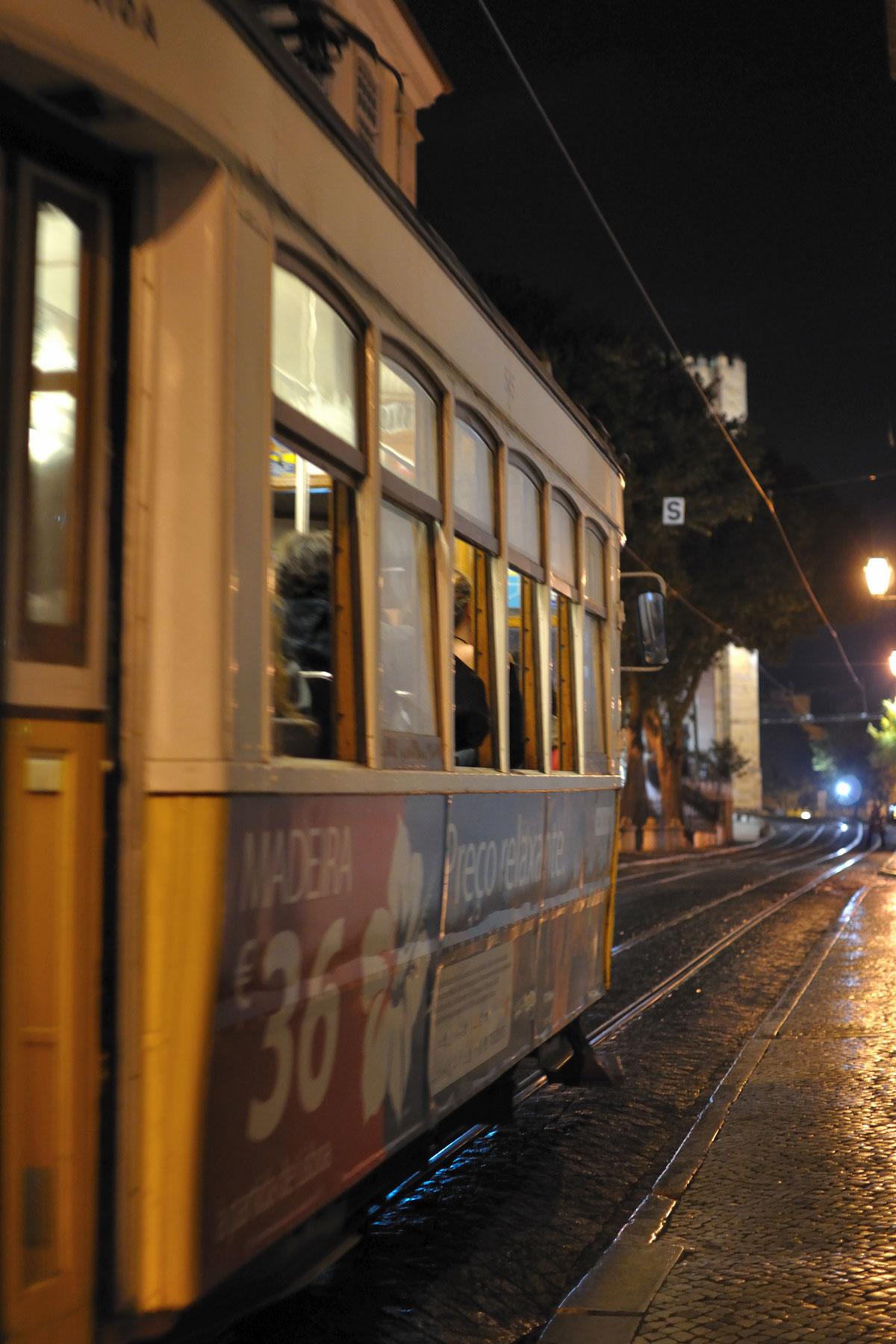 雨のリスボンを行くトラム 撮影:NIKON D90 NIKKOR 35mm