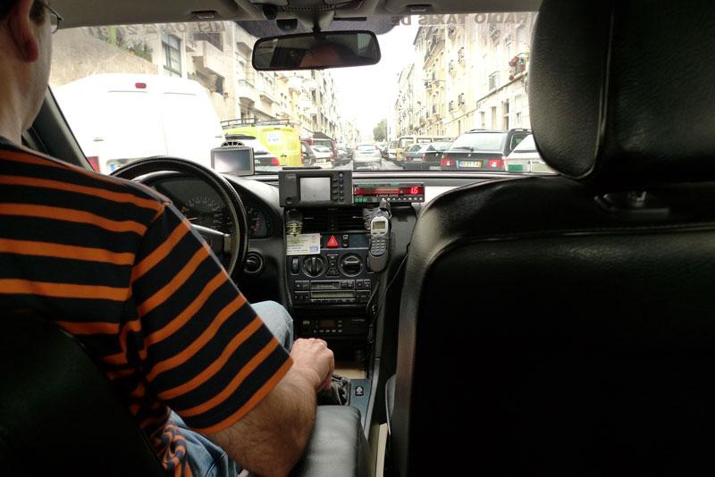 ホテルの近くでひろったタクシー(ボロいベンツ)で空港へ向かう