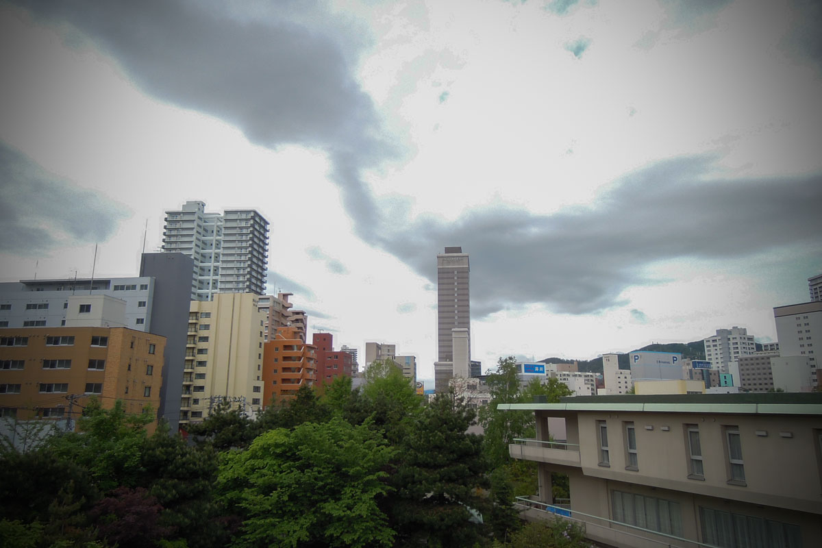 ホテルの窓から眺める北方向の空と、どんよりとした朝の札幌 撮影:NIKON COOLPIX 300