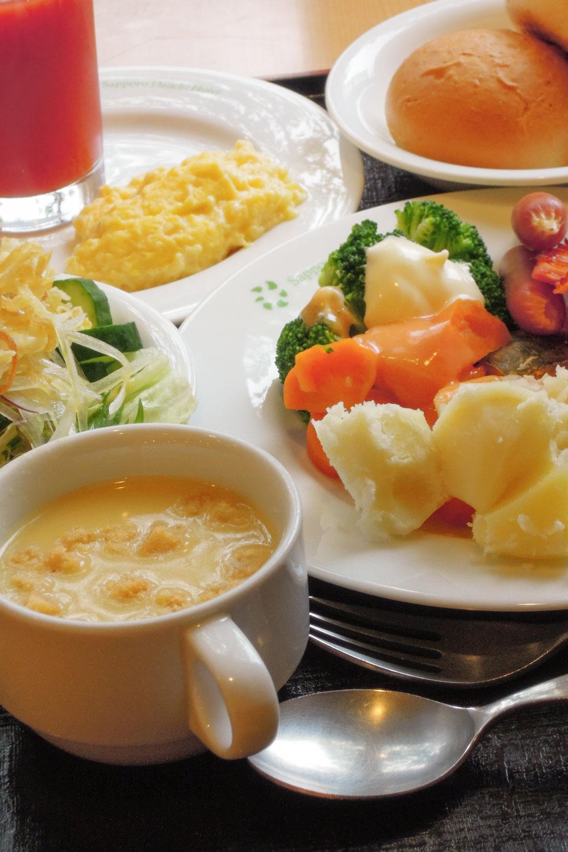 札幌第一ホテルの朝食 蒸し野菜とコーンポタージュ 撮影:NIKON COOLPIX 300