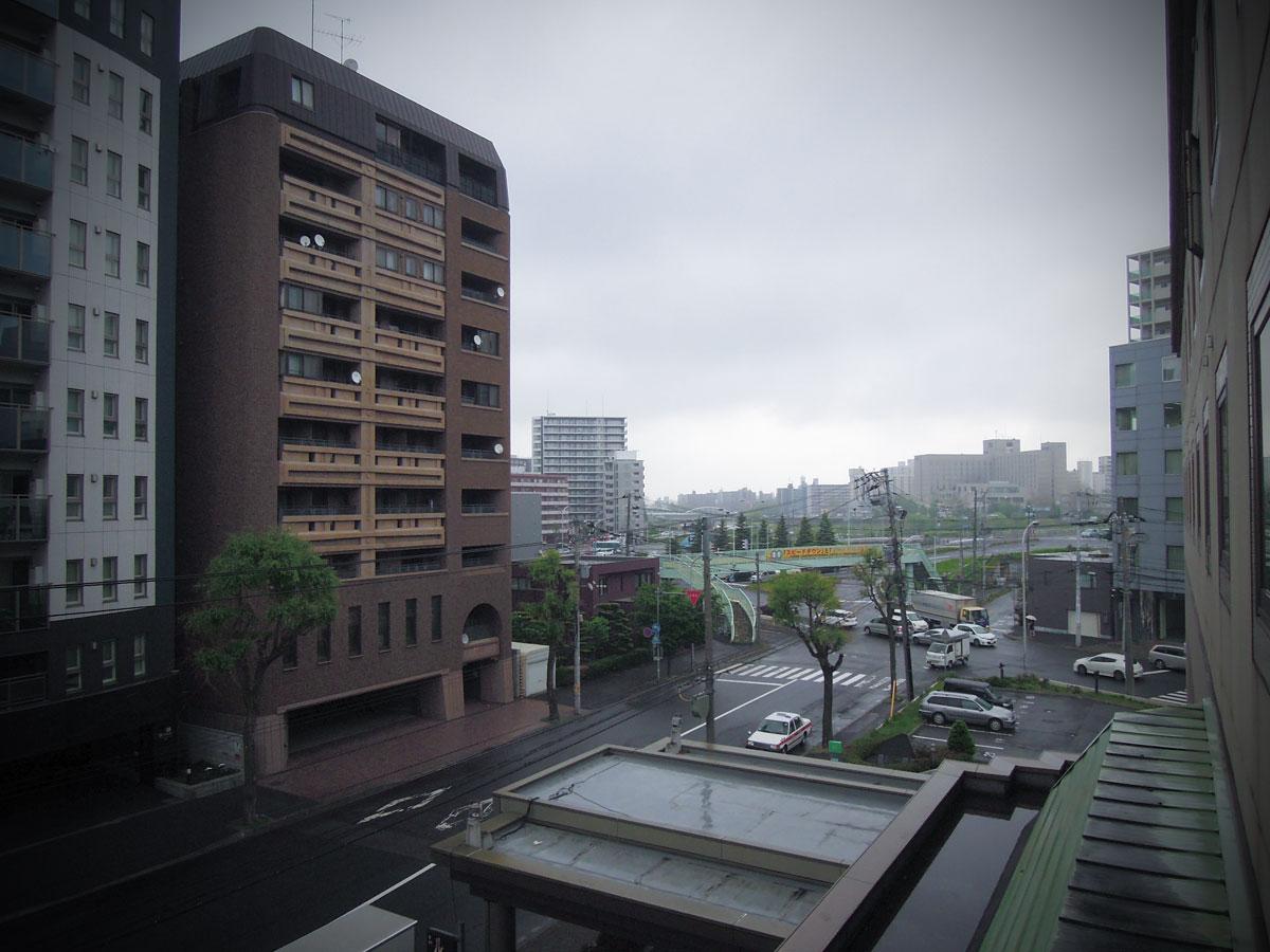 札幌第一ホテルの窓から見た豊平川方面の風景 どんよりと暗い 撮影:NIKON COOLPIX 300