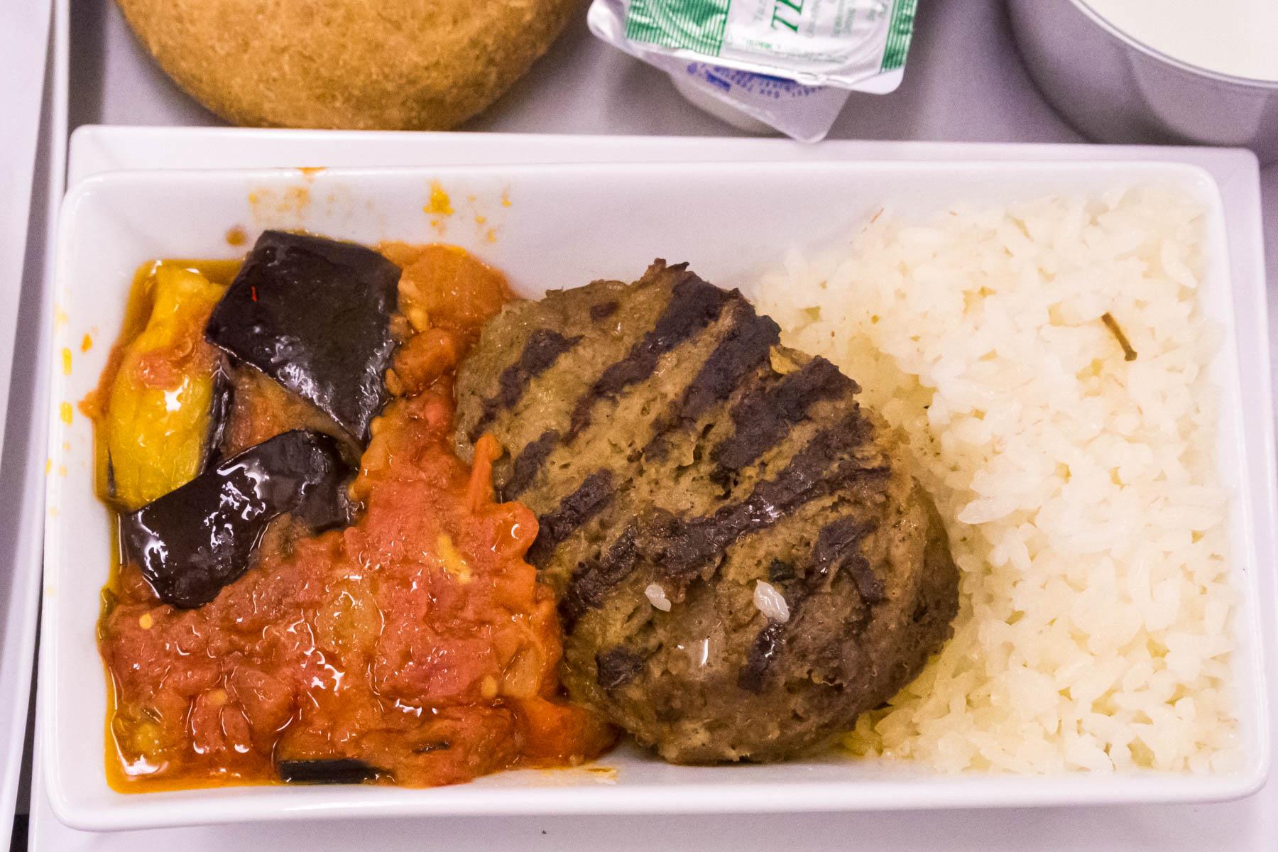 人生で一番美味しかったトルコ航空の機内食ビーフハンバーグ 撮影:NIKON1 V1 + 1 NIKKOR 10-30mm