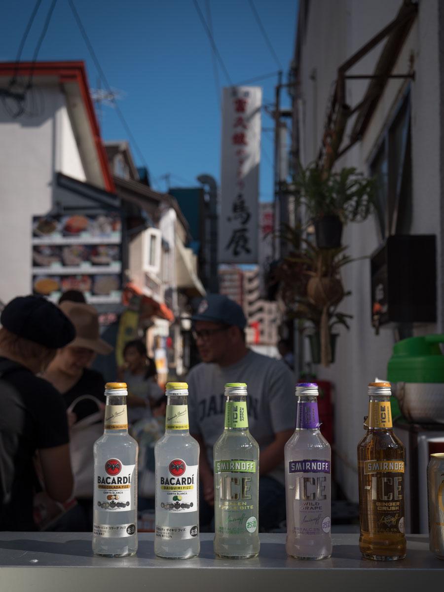 函館市松風町グリーベルトに面した「ポルコ」前に設けられたミニバー