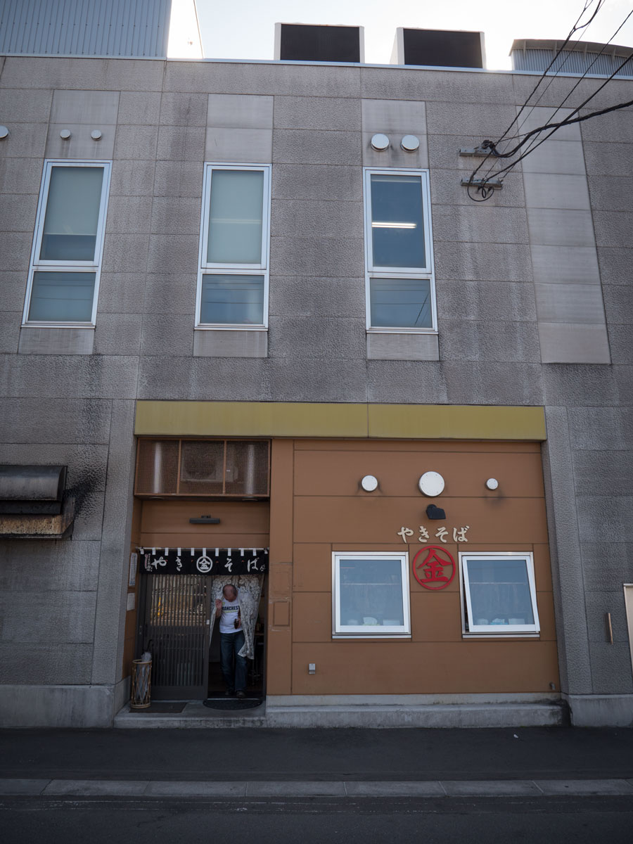 会場近くの老舗のやきそば店「まるきん」の入口