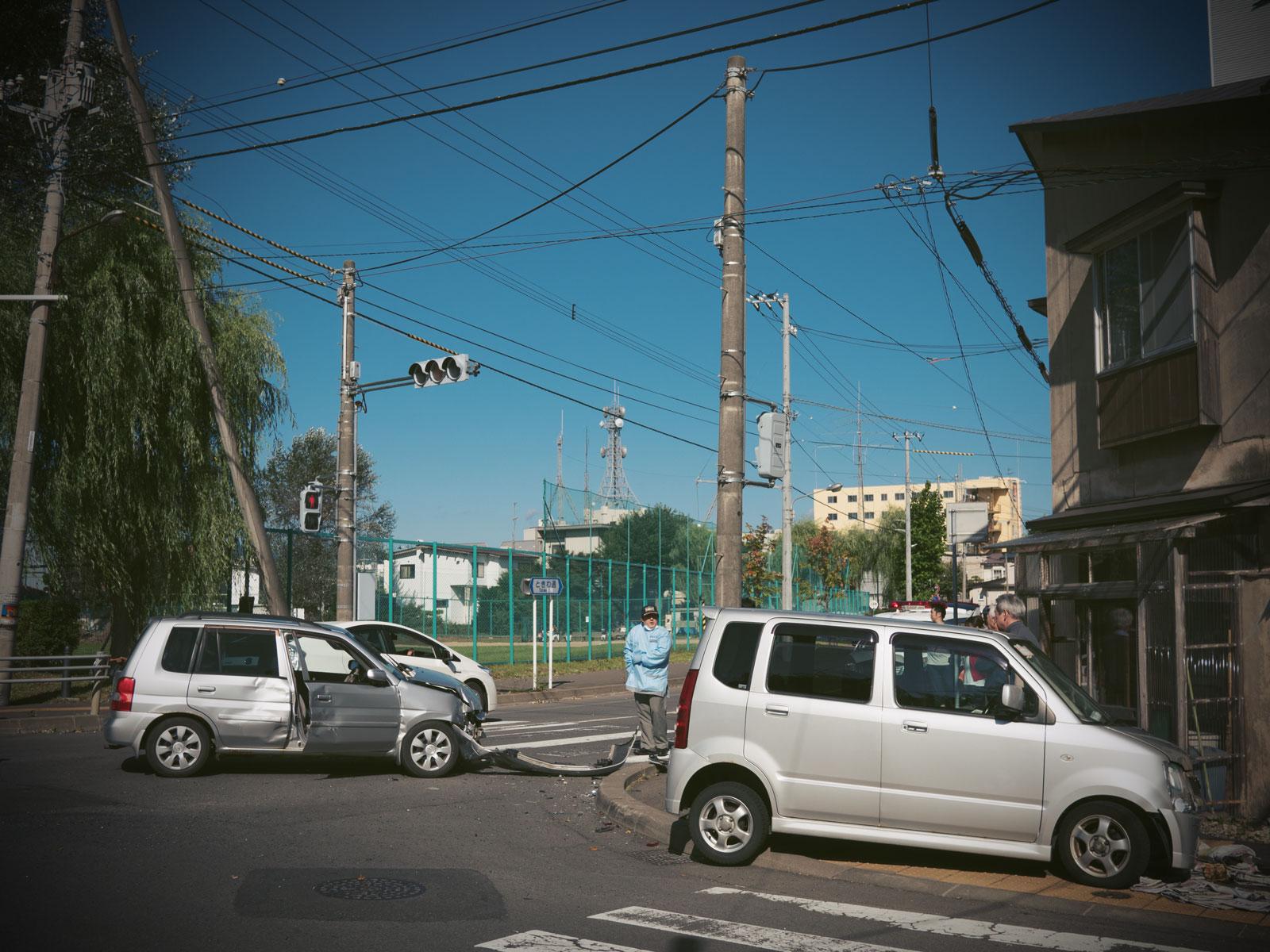 函館市梁川町シュウェットカカオ近くの交差点での事故 軽四と普通車が衝突