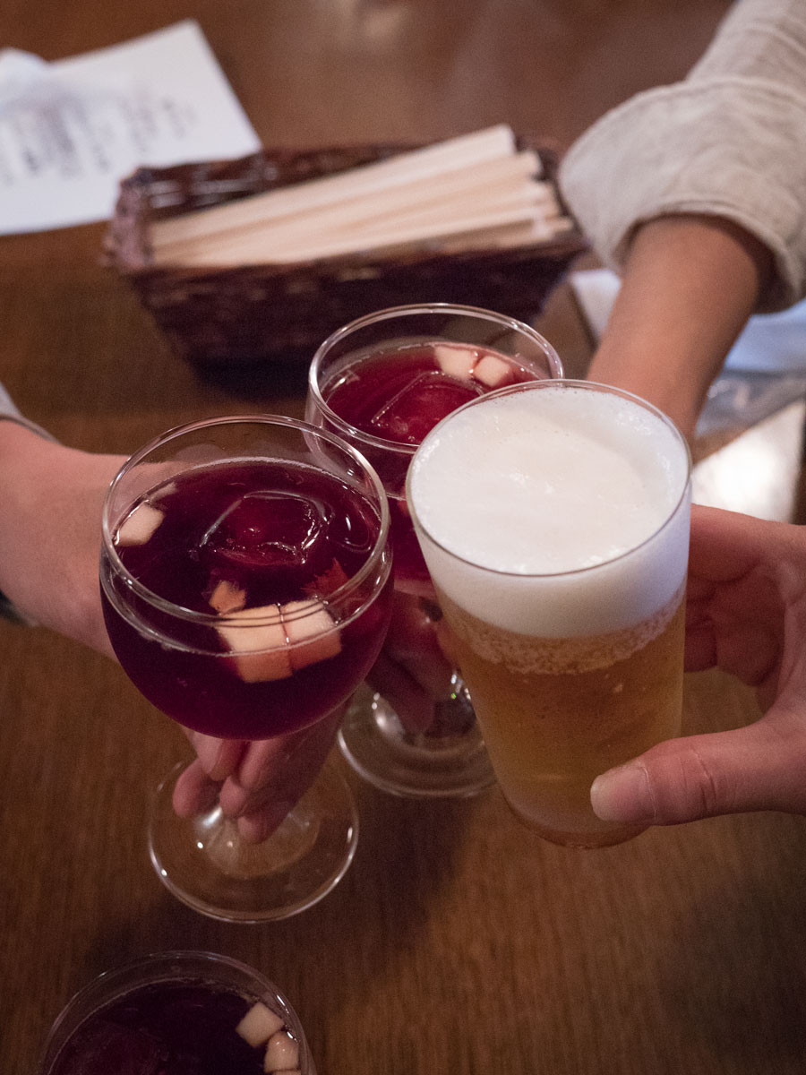 ビールしか頼まないKさんを除きサングリアで乾杯 常に安定のKさんである