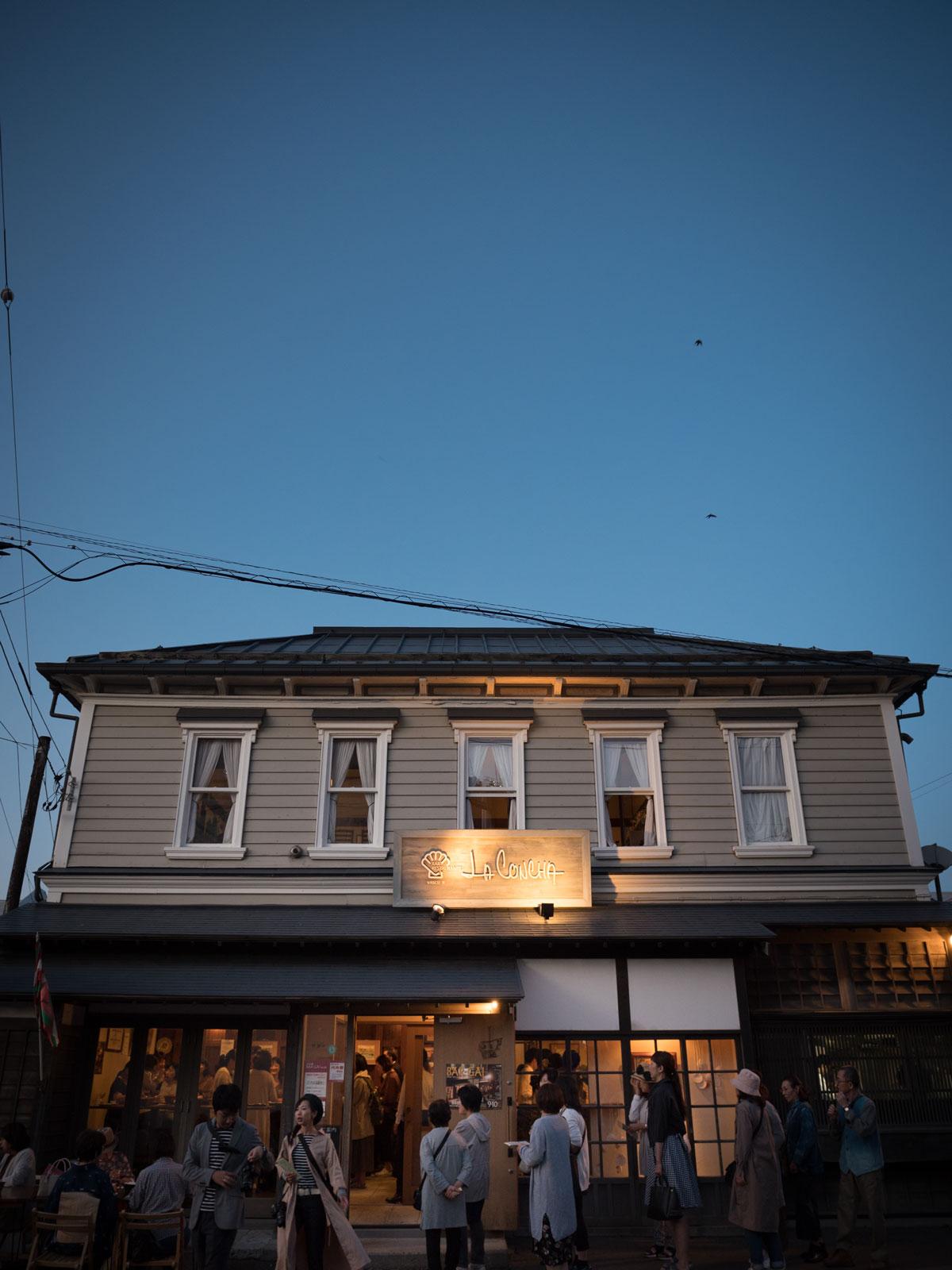 函館バル発祥の店「ラコンチャ」の夕暮れ