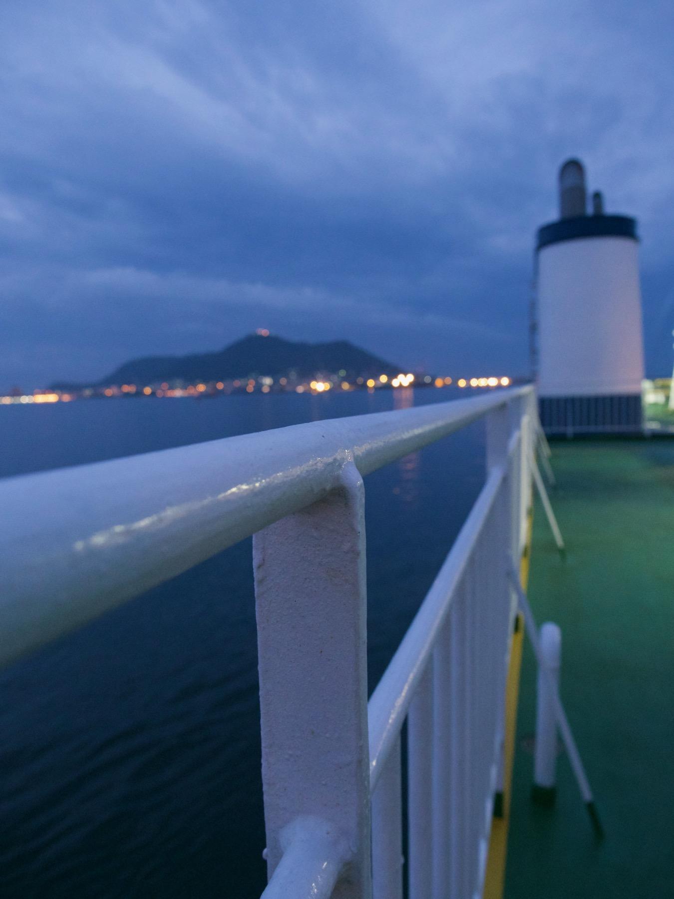 夜明け前のフェリーデッキと函館港
