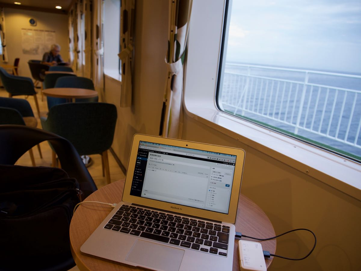 函館発青森行「はやぶさ」2階客室で海を横目にひたすrブログアップ