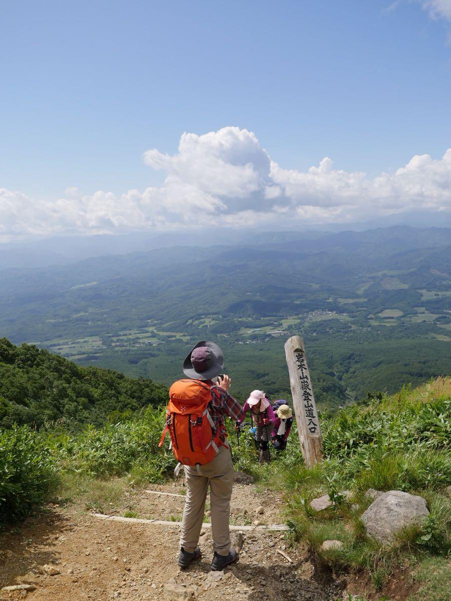 岩木山登山道のゴールと登山客と眼下の絶景