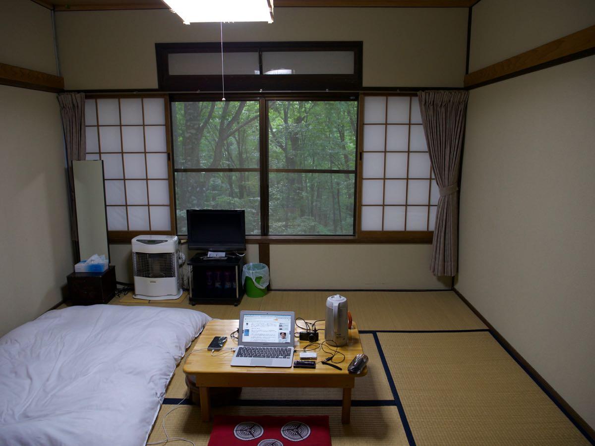 ゆぽぽ山荘の客室と座卓にセットしたPC作業環境