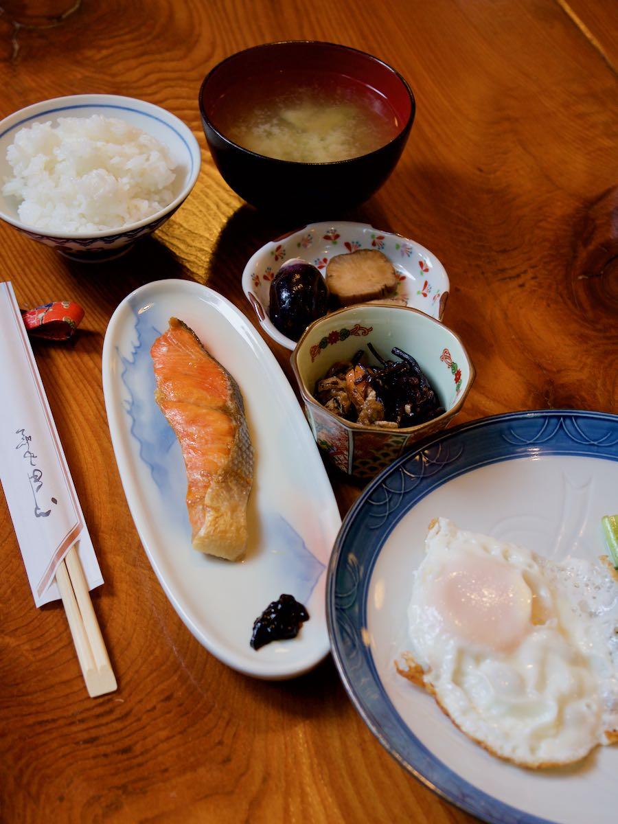朝食 シンプルにして十分 みずの味噌汁が殊更美味しい