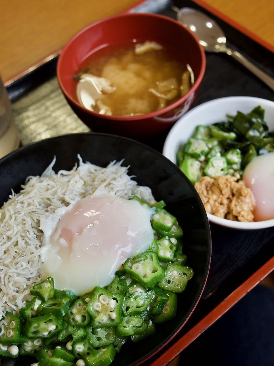 日替わり提供280円のしらす丼とねばねばセット130円と味噌汁80円
