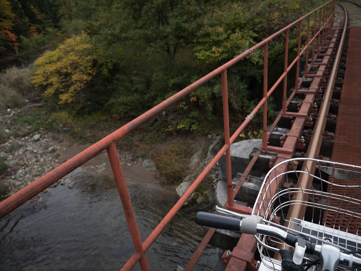 鉄橋でスローダウン 紅葉の渓谷を存分に楽しむ