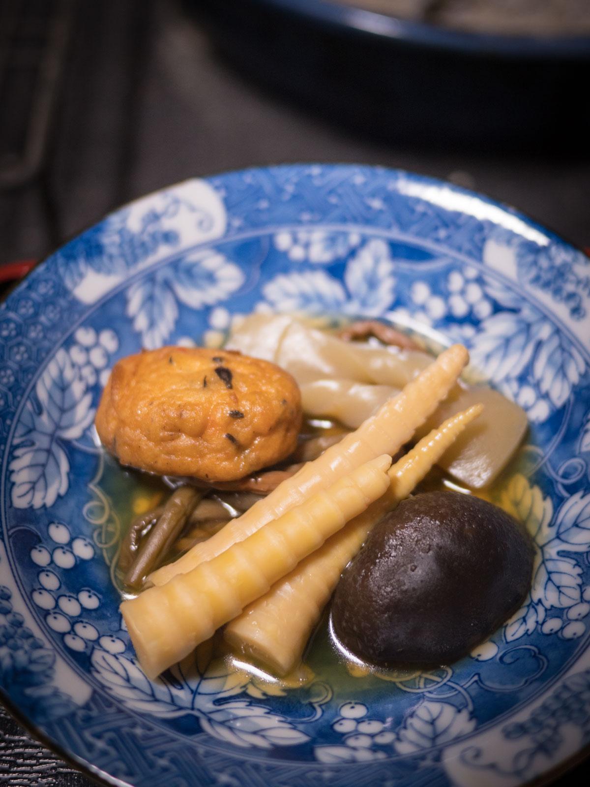 筍、ワラビ、がんもどき、蒟蒻、しいたけの煮染め