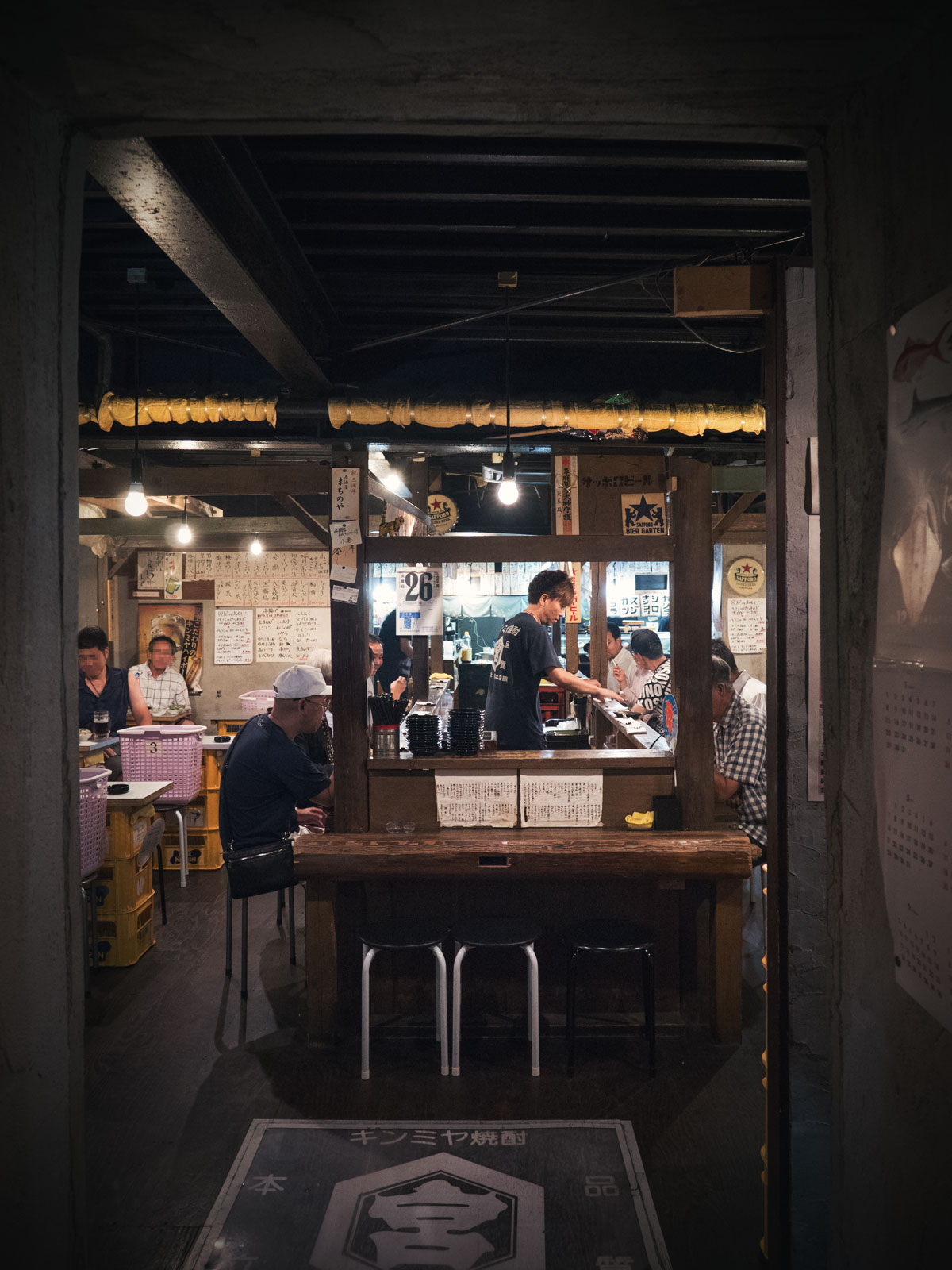 成田「寅屋本店」 入口から眺めた店内の、これぞ居酒屋という様子 撮影:DMC-GX8 + LEICA DG 12-60mm