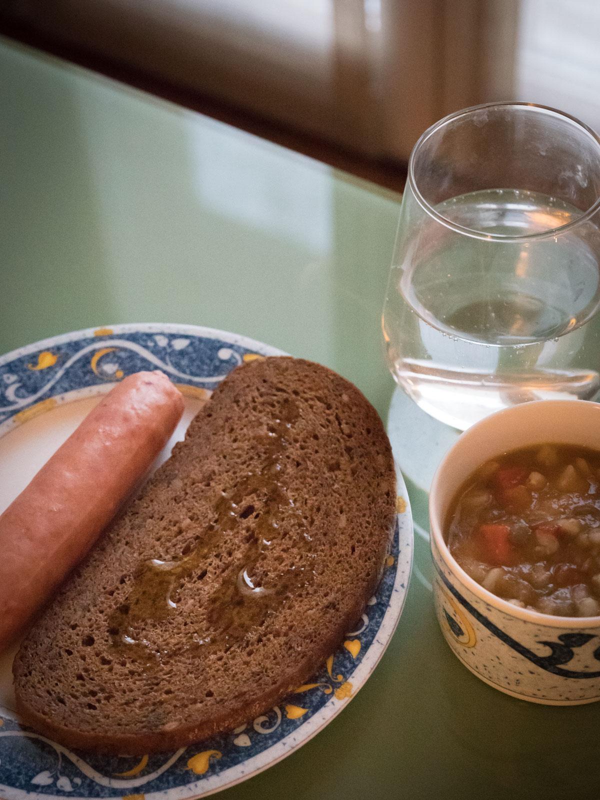 黒パンとソーセージ、ミネストローネ 超簡単な朝食朝食 DMC-GX8 + LEICA DG