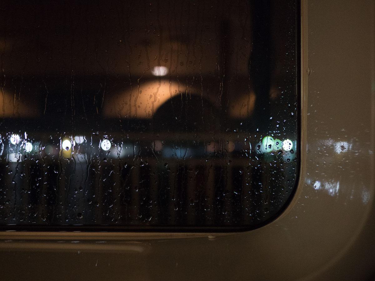 台風の気配を感じつつ雨の中を出港