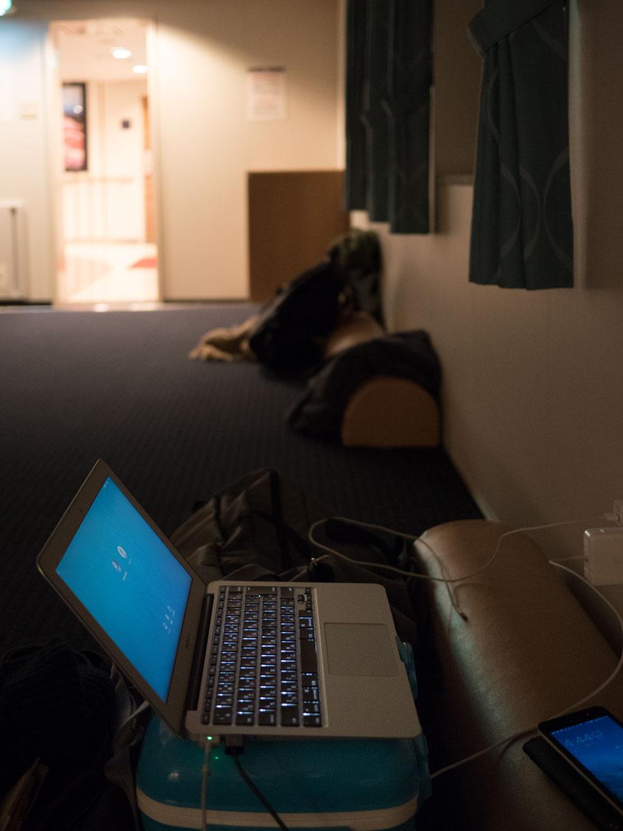薄暗い船室でブログアップ 電源があるとホント安心