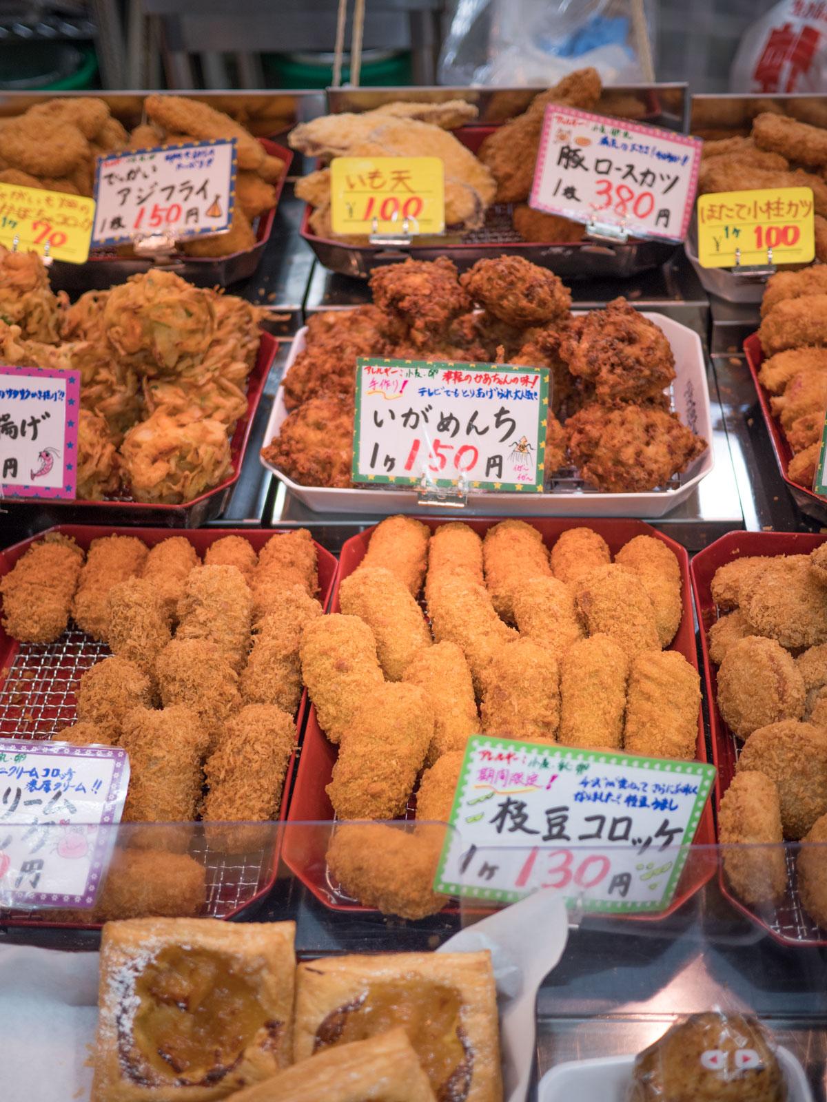 弘前「虹マート」惣菜店の揚げ物各種 スイーツもある 撮影:DMC-GX8 + LEICA DG 12-60mm
