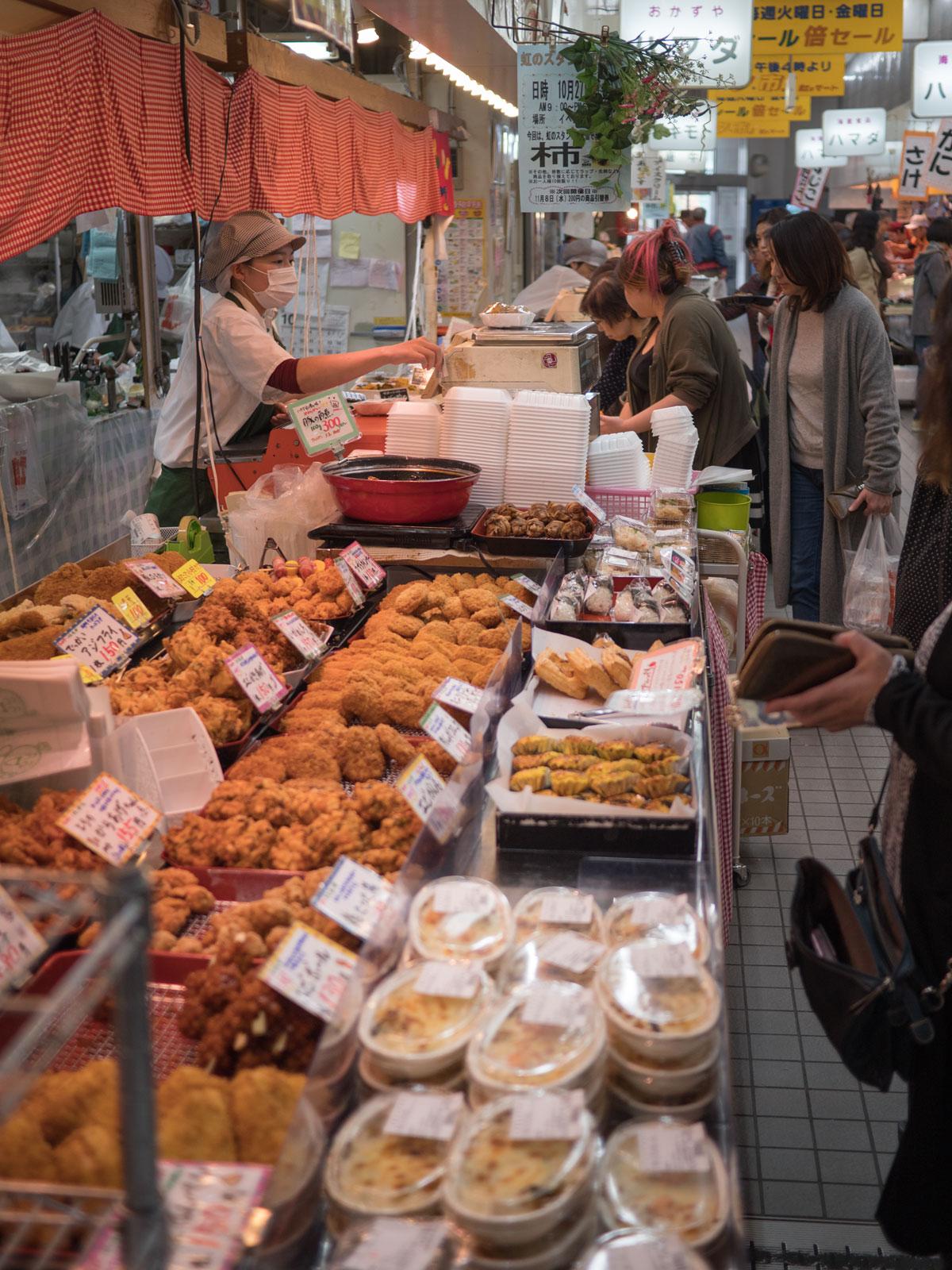 弘前「虹のマート」焼き魚の店とは反対側の一角の惣菜屋 撮影:DMC-GX8 + LEICA DG 12-60mm