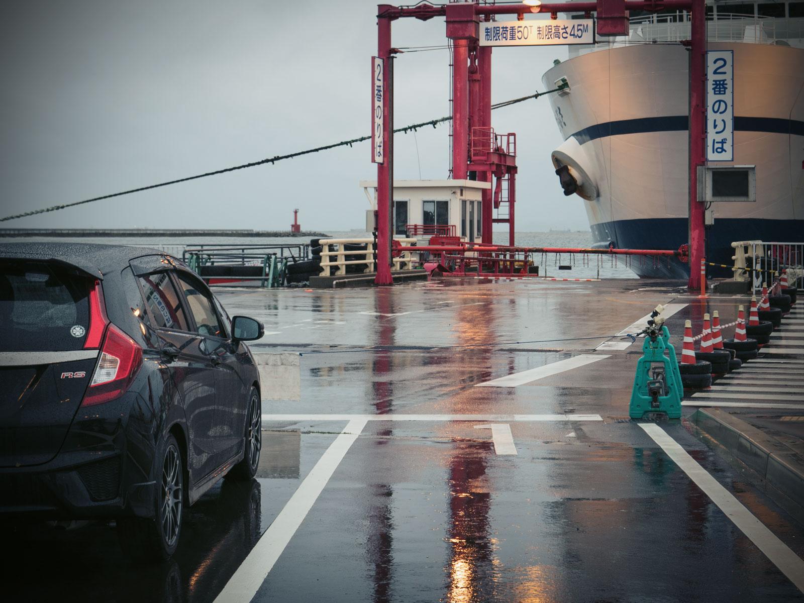青森フェリーターミナル岸壁で乗船待ちのフィットRS