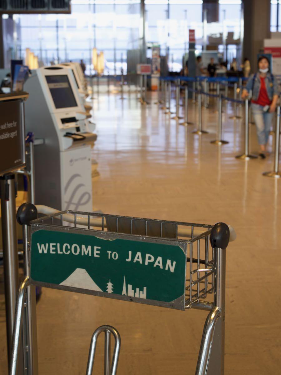 成田空港のカートに書かれた「ウェルカムトゥジャパン」撮影:DMC-GX8 + LEICA DG 12-60mm