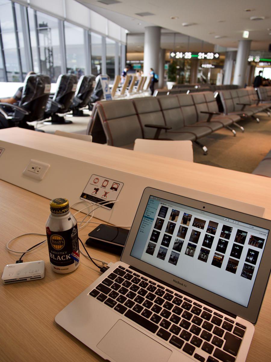 成田空港のPCデスクでMacbookからブログアップしている様子 撮影:DMC-GX8 + LEICA DG 12-60mm