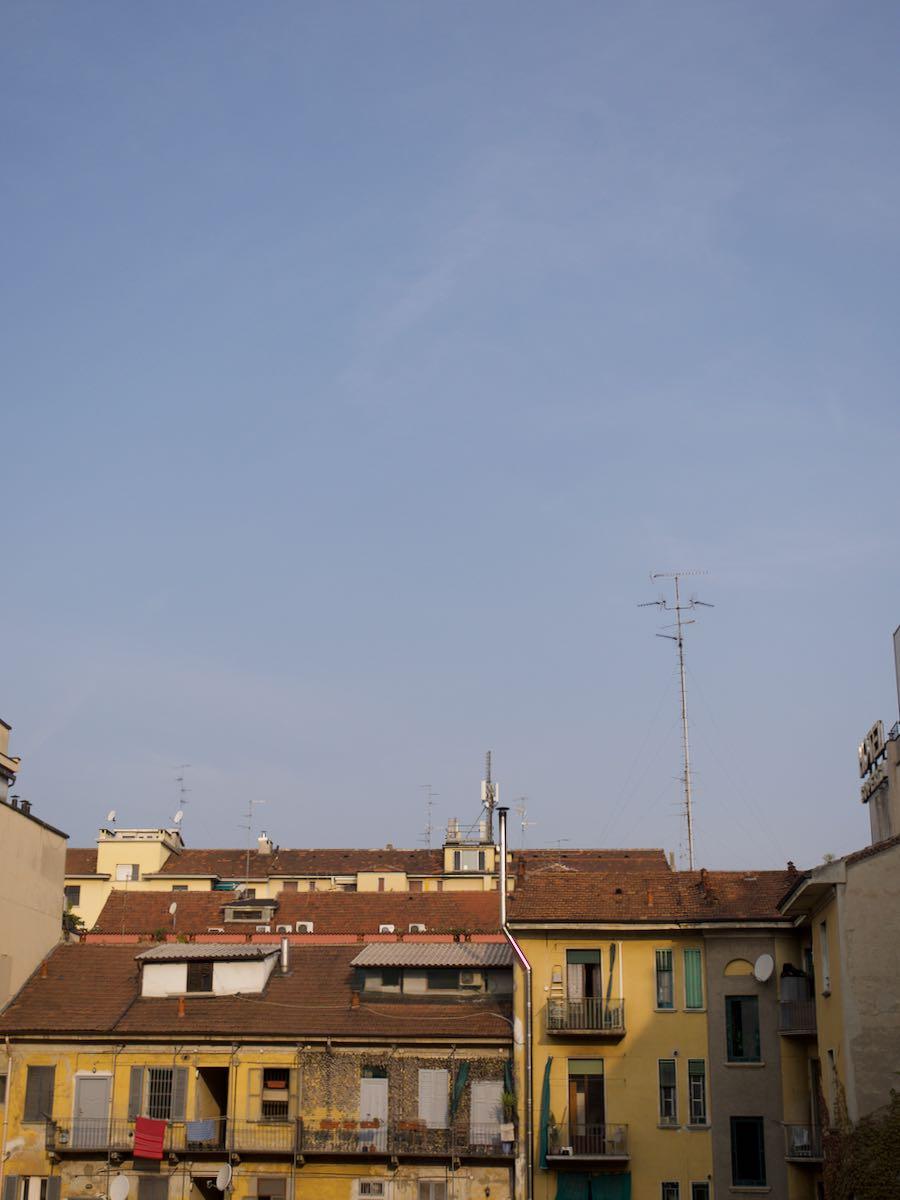 アパートのバルコニーからミラノの空を見る