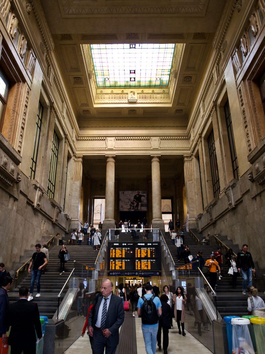 ミラノ中央駅の正面玄関 天井の高さに圧倒される