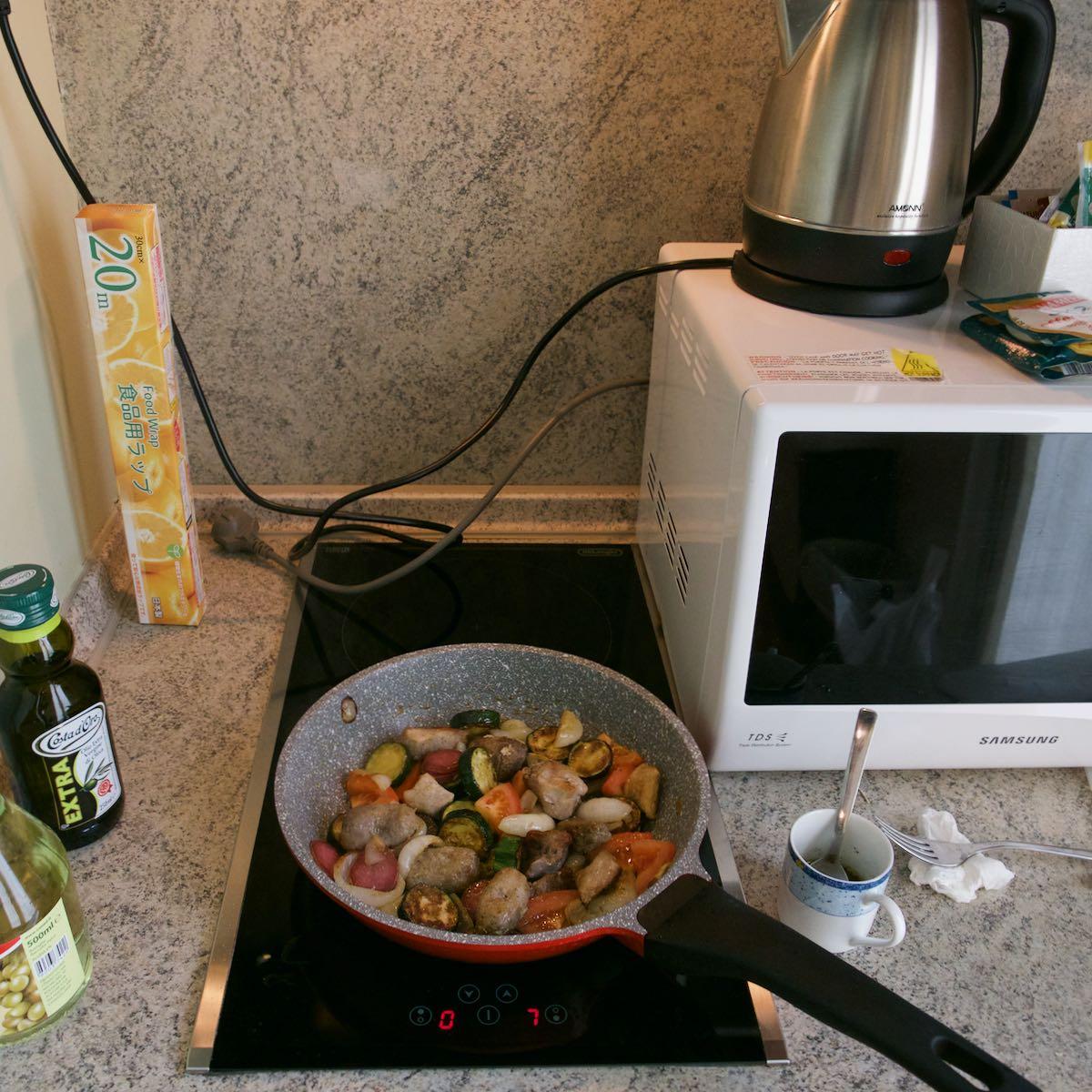 ズッキーニ、玉ねぎ、トマトを炒め、デリカで買った肉と合わせる