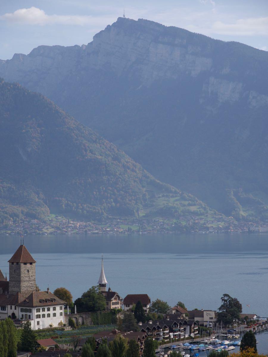 教会の右端の船着場から、対岸の山の頂上を目指す