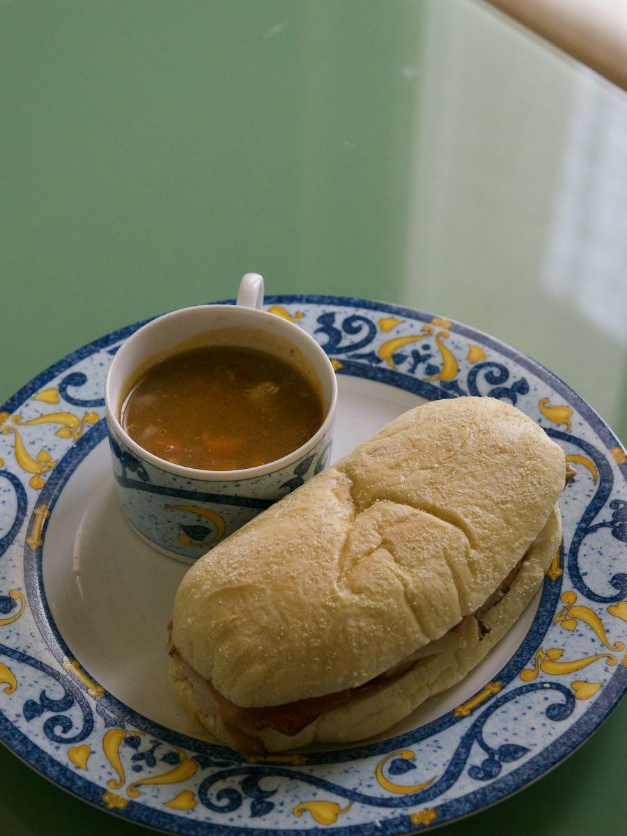 朝食はパニーニとミネストローネ しめて3ユーロほど 美味い