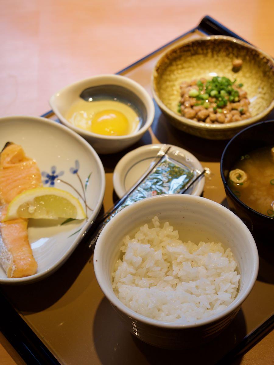 銀鮭定食 シンプルだが美しい