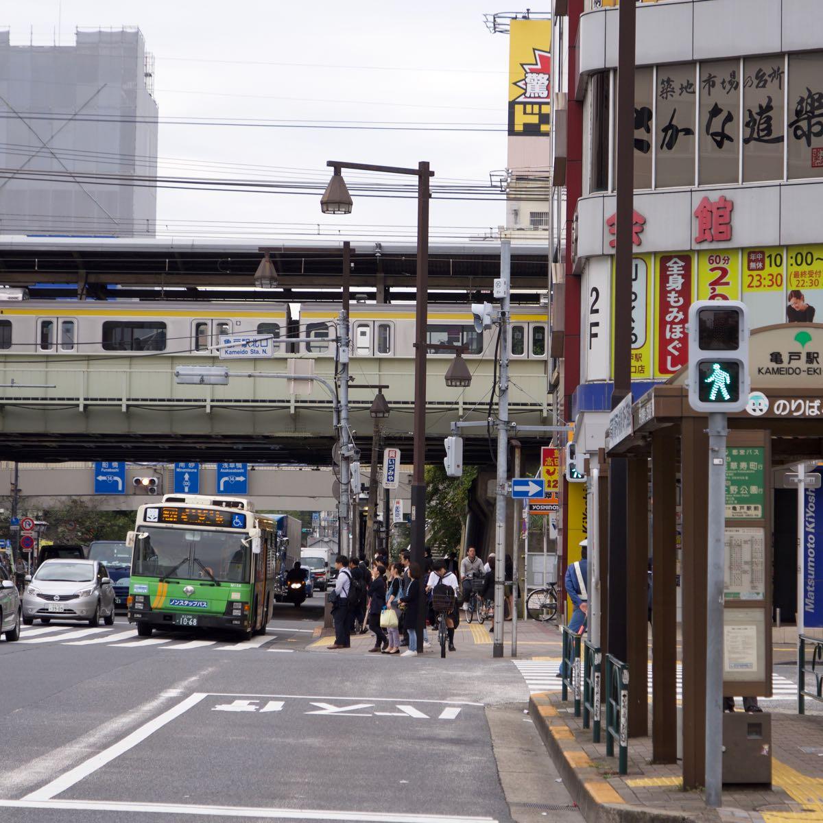 朝の亀戸駅北口 東京は午後から雨の予報