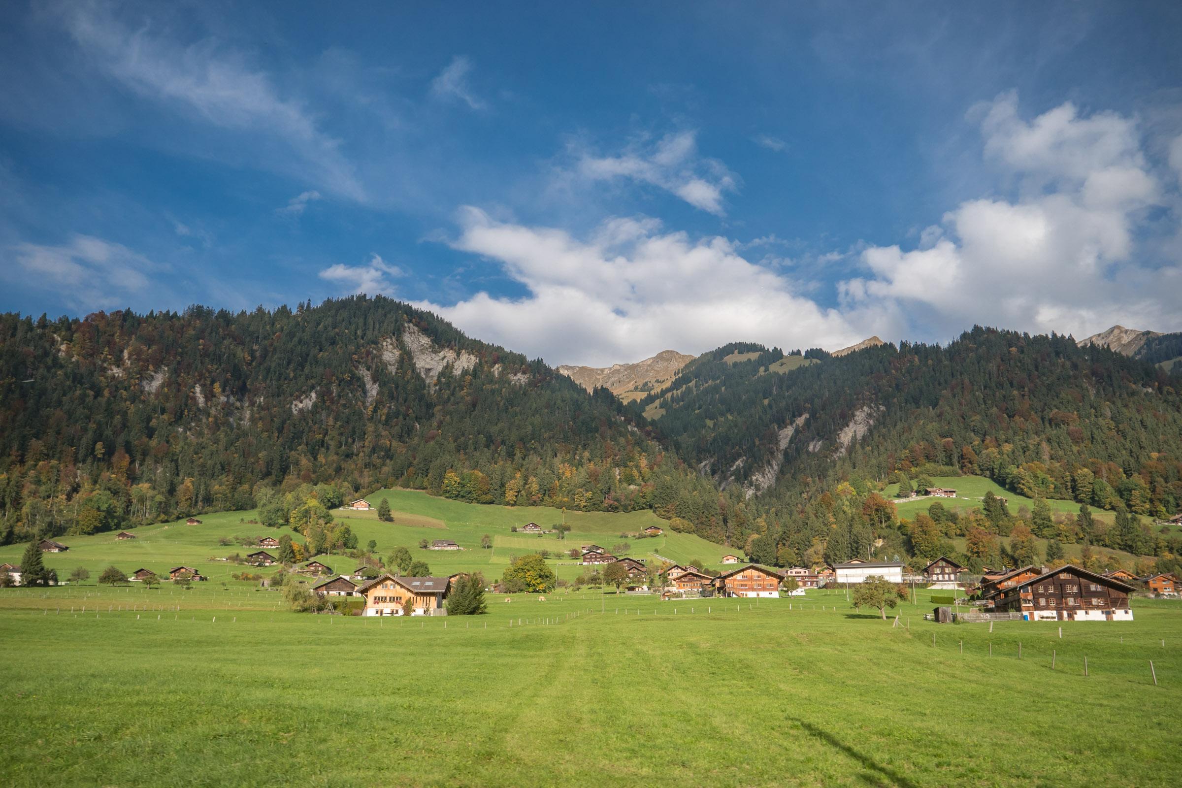 車窓に広がり始めるスイスらしい田園風景 DMC-GX8 + LEICA DG 12-60mm