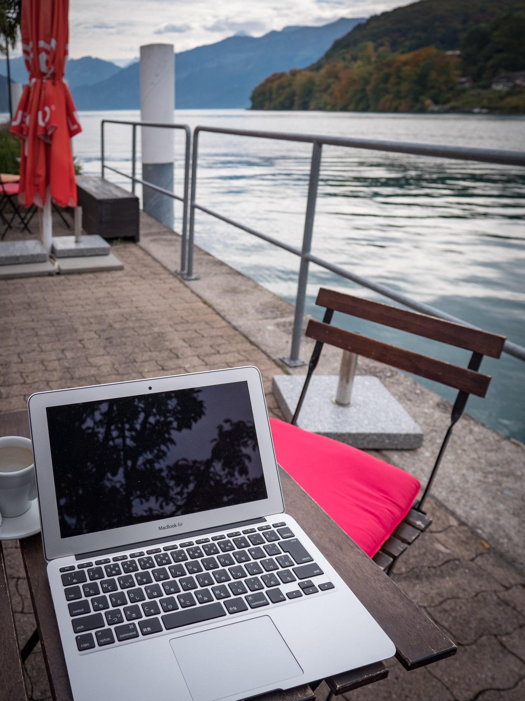 乗船場そばのカフェでノーパソ広げてひと休み DMC-GX8 + LEICA DG 12-60mm