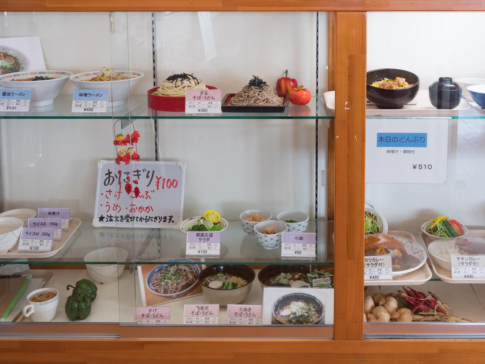 食品サンプルにはカロリー、塩分、資質などが表示されている DMC-GX8 + LUMIX 20mm【蛍光灯】